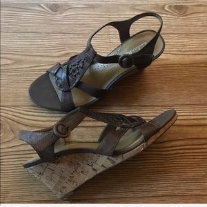 Clarks Brown Leather T Strap Wedges Sandals Sz 7.5